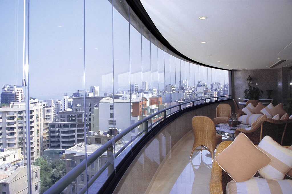 A complete uninterrupted city view with a COVER frameless curtain wall in upscale city lounge.
